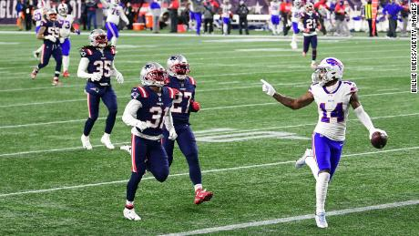 Diggs mocks the New England Patriots defenders as it runs into the finish area to relegate.